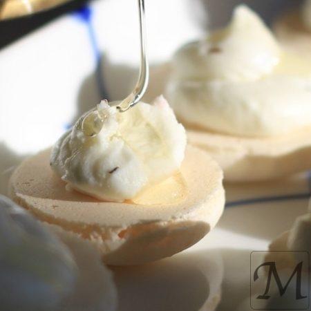 macaron med gedeost og akaciehonning