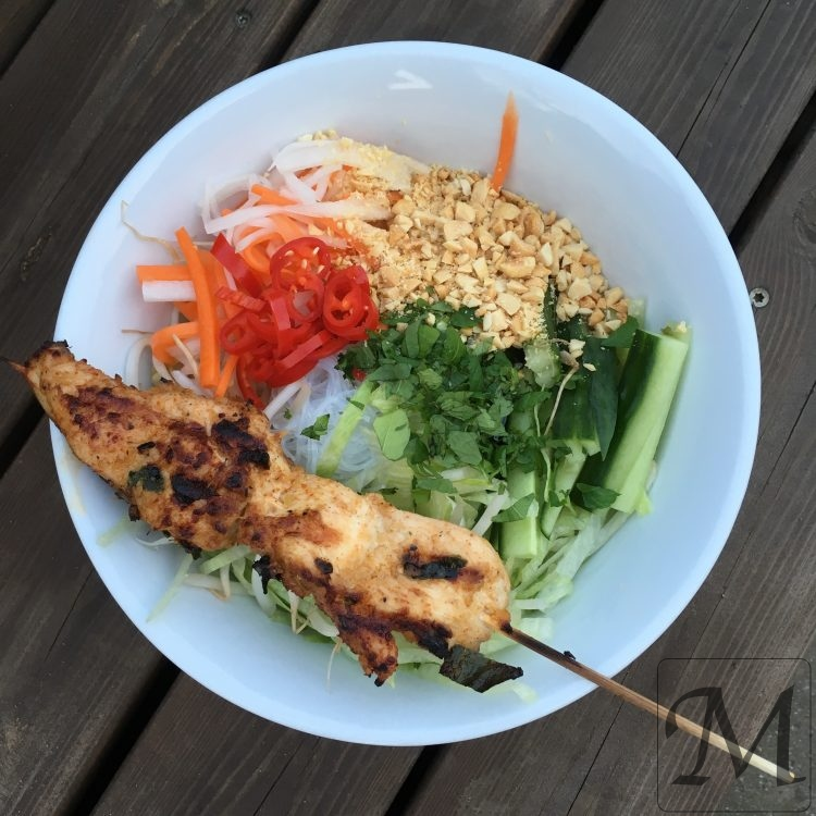 nudelsalat med vietnamesiske kyllingespyd
