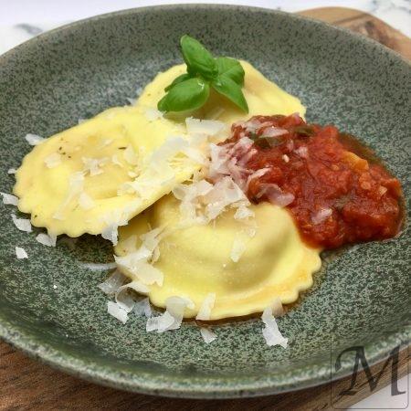 Ravioli med simpel tomatsauce