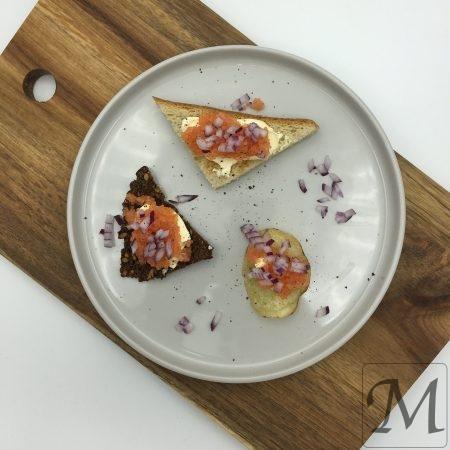 Stenbiderrogn anrettet på toast, ristet rugbrød og chips
