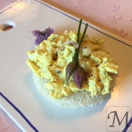 Æggesalat sandwich med purløg