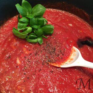 frisk basilikum til tomatsaucen