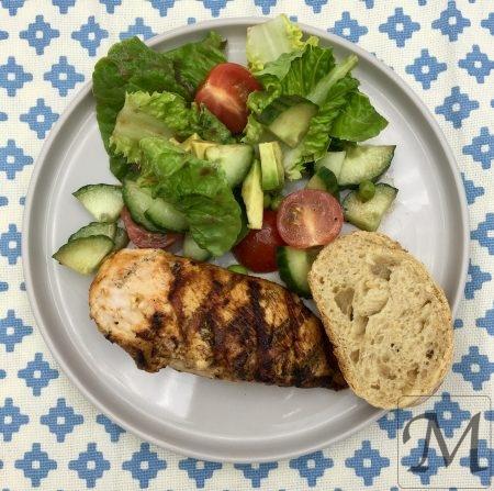 grillet kylling med salat