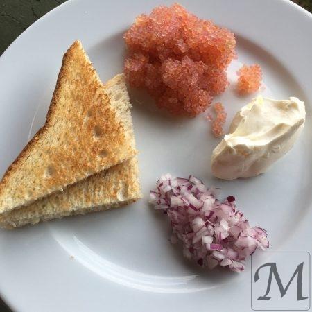 Stenbiderrogn med toast, rødløg og creme fraiche