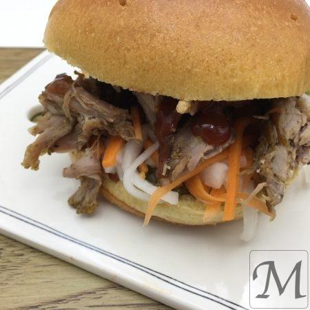 pulled pork burger med råsyltede grøntsager