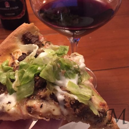 pizza take-away med rødvin