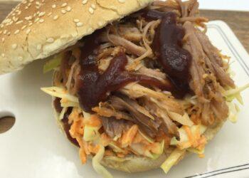 Burger med pulled pork og coleslaw