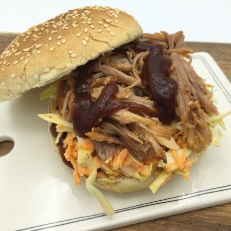 Burger med pulled pork og coleslaw