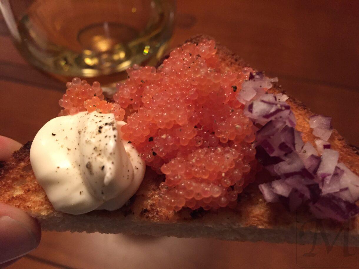 stenbiderrogn på toast med løg og creme fraiche