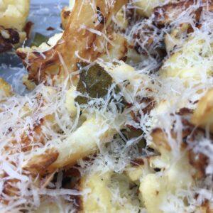 Stegt blomkål serveret med parmesan