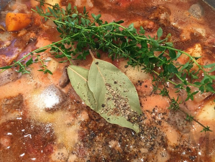 gullasch med laurbærblade, timian og paprika