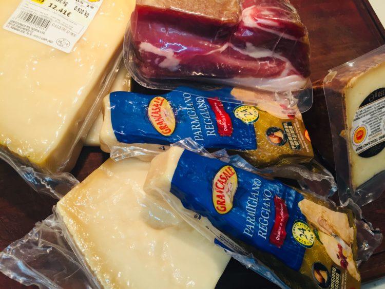 Italienske delikatesser som parmesan og skinke