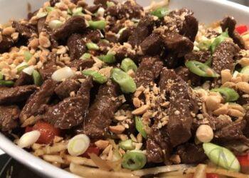 wok stegt oksekød med spidskål