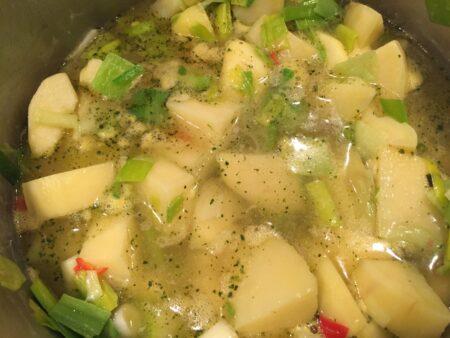 Kog kartofler, porrer og æbler