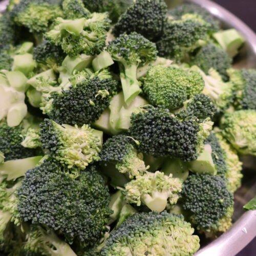 rå broccoli i buketter